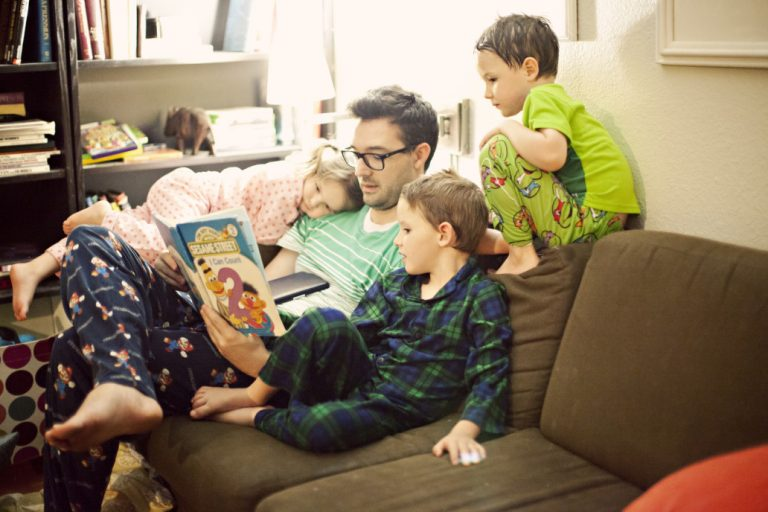 Single-Dad-Reading-to-kids